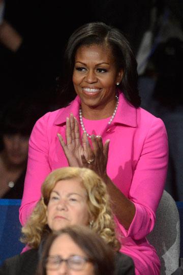 מישל אובמה בעימות הטלוויזיוני. חליפה בוורוד פוקסיה (צילום: gettyimages)