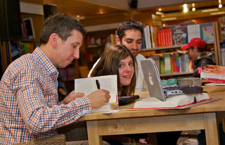 קארלי ואביה בארוע חתימה על ספרים