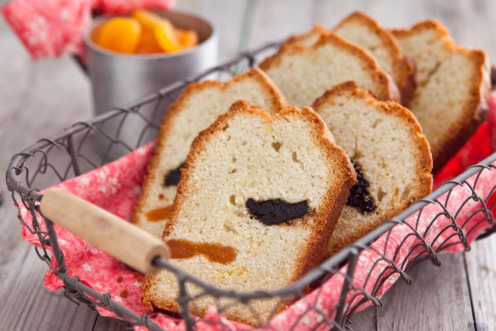 עוגה בחושה עם שזיפים מיובשים (צילום: שירן כרמל, סגנון: שרון טמיר)