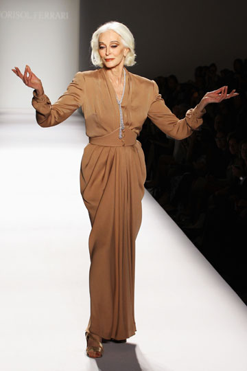 כרמן דלאורפיצ'ה בת ה-81 על המסלול בשבוע האופנה בניו יורק (צילום: gettyimages)