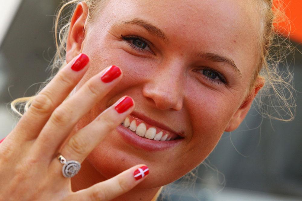 הראש שלה לא על המגרש. קרוליין ווזניאקי מציגה לק בצבעי דגל דנמרק (צילום: gettyimages)