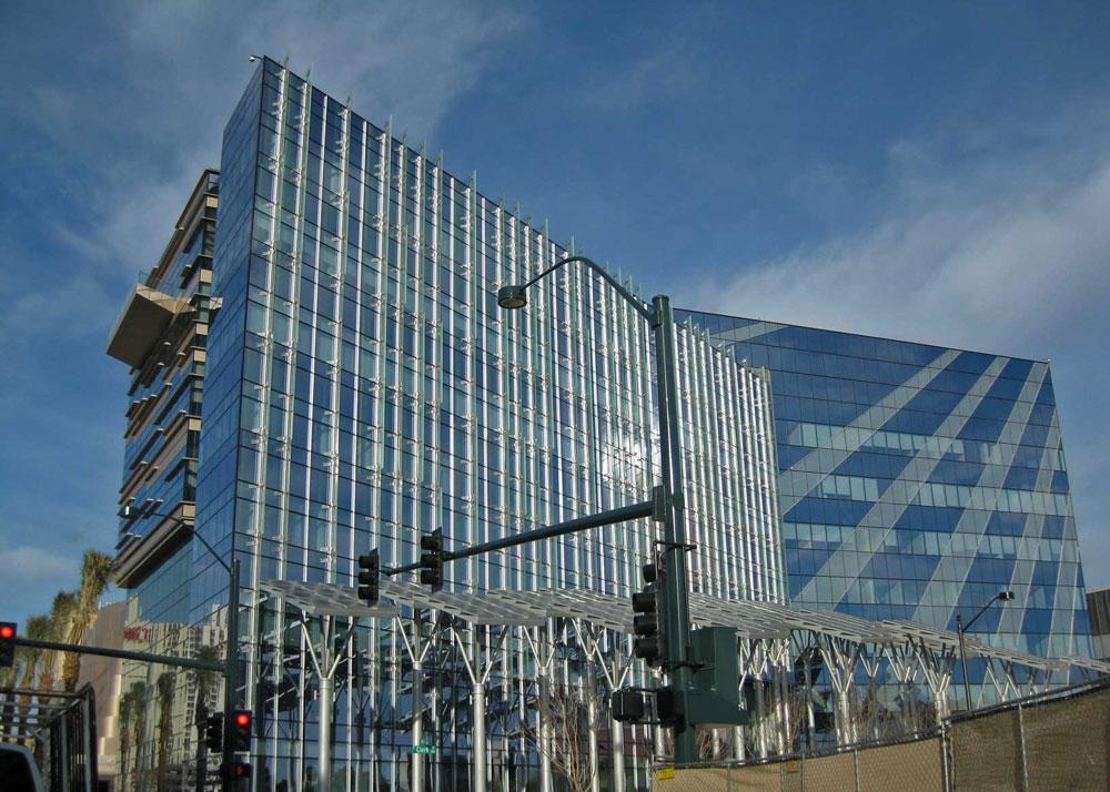 הצד הירוק של 2012: בניין עיריית לאס וגאס חוסך משמעותית בהוצאות החשמל, תוך שימוש בפאנלים סולאריים על הגג וב''עצים סולאריים'' בחזית (צילום: Neaco, cc)