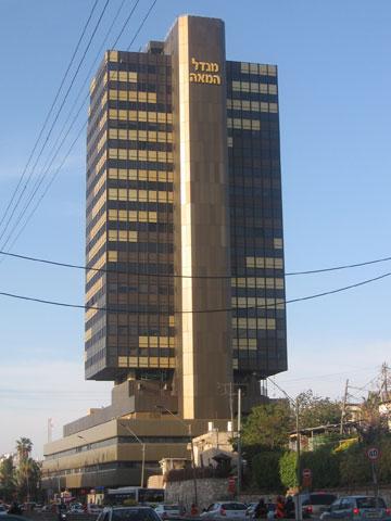 דוגמאות ישנות ומוצלחות יותר של קומה מסחרית: מגדל המאה באבן גבירול (צילום: Gellerj, cc)