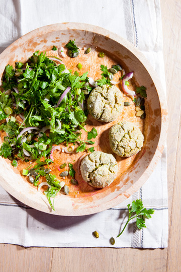 לביבת ברוקולי וגבינות בציפוי קמח אורז  (צילום: דני לרנר, סגנון: טליה אסיף)