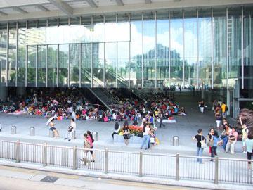 בנק שלא מתנכר לעובדים קשי יום. רחבת HSBC, הונג קוג (צילום: Mk2010, cc)