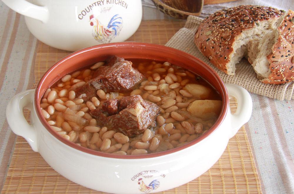 מרק שעועית עם צלעות בקר  (צילום: אסנת לסטר)