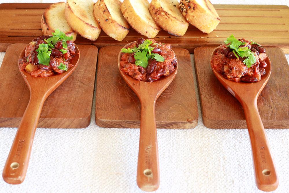 סלט שעועית אדומה ברוטב עגבניות וכוסברה (צילום: אסנת לסטר)