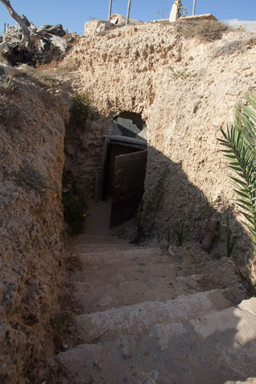 הכניסה לבית, ממעלה המצוק (צילום: טל ניסים)