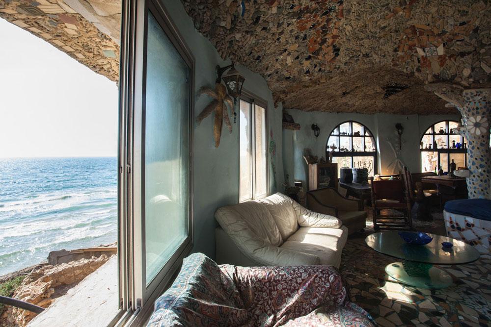 כחלון ממשיך לעבוד, כל יום, קיץ וחורף. בית שהוא מערה על הים מצריך תחזוקה בלתי פוסקת. עדיין יש לו לול תרנגולות, גינת ירק קטנה, כלבים ששומרים על המקום וקשר בלתי אמצעי עם הטבע  (צילום: טל ניסים)