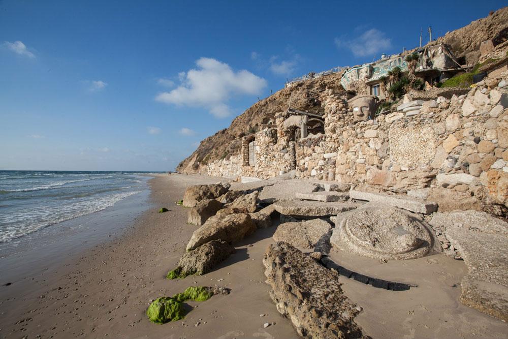 כך נראה ביתו של כחלון מהחוף.  הבית הראשון שלו היה דינוזאור ענק מחמרה - פסל גדול ממדים שבתוכו הוא חי, עד שהגיע צו הריסה. ואז החליט לחפור את ביתו בסלע (צילום: טל ניסים)
