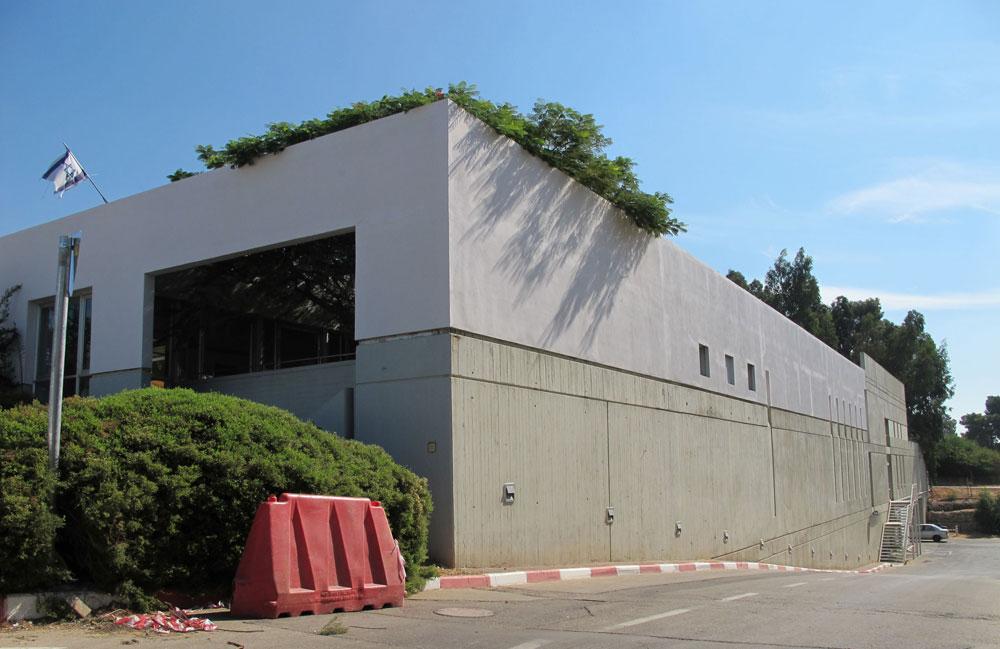 ''האם המבנה אמור להיות אובייקט עצמאי, רחוק מהיום-יום? האם יפנה עורף למדרכות, לבית החולים ולכביש הסמוך? האם הוא ישות נפרדת עם גן פרטי שקט, המנותק מהעין הציבורית?'' (צילום: מיכאל יעקובסון)