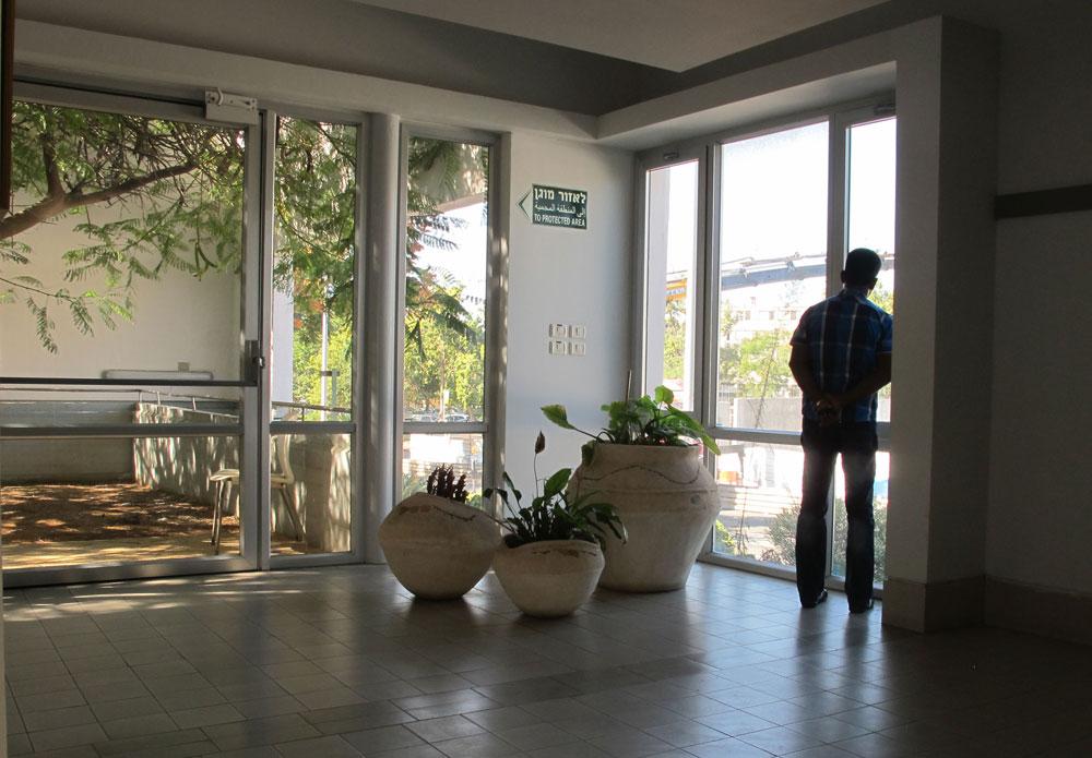 האור והשקט הם המאפיינים המרכזיים כאן. גם בהוספיס, כמו במבנים אחרים שתיכננה כרמי-מלמד, המבקרים יוצאים מהשגרה ומתכנסים בעצמם. בהוספיס, יש לכך משמעות אחרת (צילום: מיכאל יעקובסון)