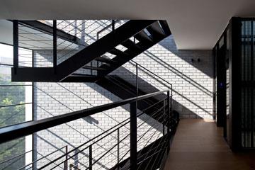 הקומה הרביעית פונה פנימה, אל החלל הפתוח שלגובה המדרגות (צילום: עמית גרון)