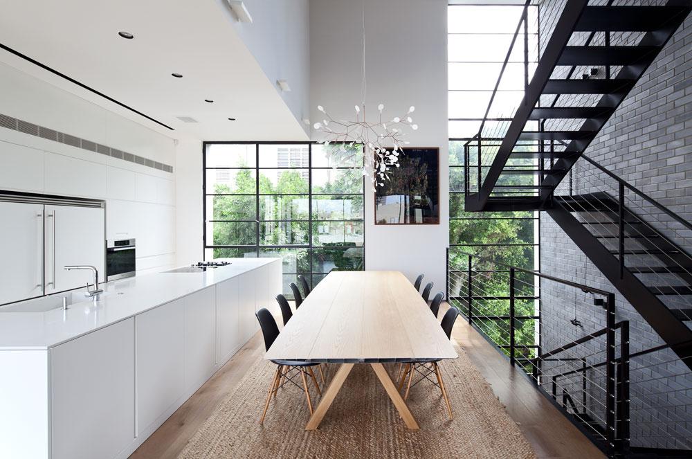 החלון הצר שמתארך לגובה הבניין אופייני לסגנון הבאוהאוס. כך גם הטיח הלבן שבו טויח הבית וה''מסגרת'' הבנויה שמעל קומת הגג (צילום: עמית גרון)
