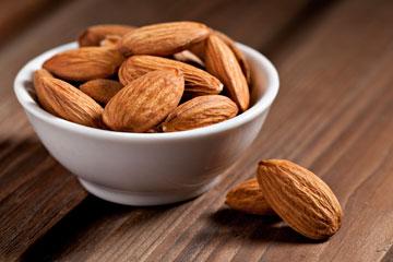 שקדים. מקור מצוין לחומצות שומן חד בלתי רוויות, אשלגן ומגנזיום (צילום: thinkstock)
