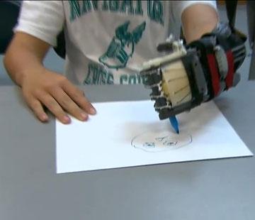יכול לצייר כמו ילדים אחרים בגילו. מקארת'י (מתוך יוטיוב)