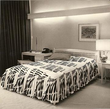 אחד מחמשת חדרי השינה שבקומה התחתונה (מתוך ארכיון דורה גד, החוג לעיצוב פנים, המסלול האקדמי המכללה למינהל)
