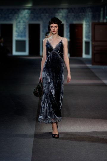 שמלות קטיפה ענוגות. תצוגת האופנה של לואי ויטון לחורף (צילום: מלטייר)