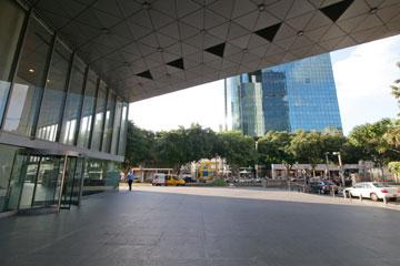 נטושה. רחבת הכניסה לבנק הבינלאומי ברוטשילד (צילום: דור נבו)