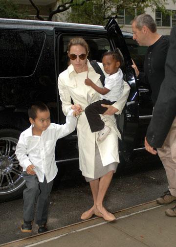 למי יש זמן להחליף נעליים? אנג'לינה ג'ולי, אוקטובר 2007 (צילום: splashnews/asap crearive)