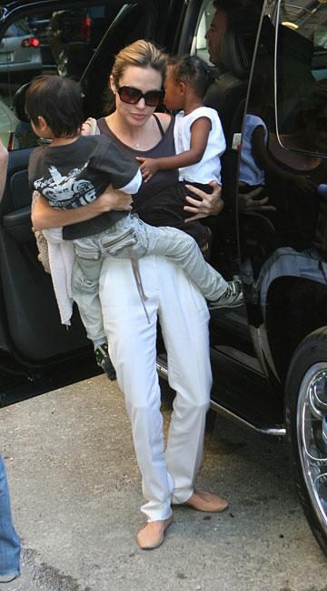המדים הקבועים לבילוי עם הילדים. אנג'לינה ג'ולי, 2007 (צילום: splashnews/asap crearive)