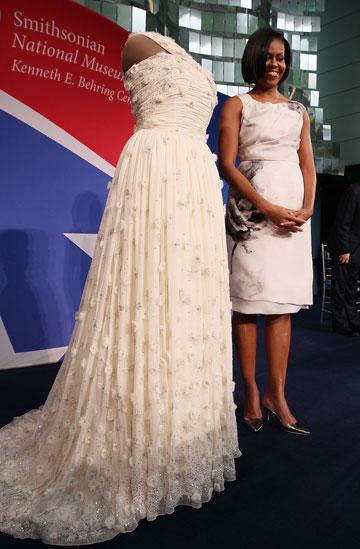 מישל אובמה בשמלה של פראבל גורונג, מרץ 2010 (צילום: gettyimages)