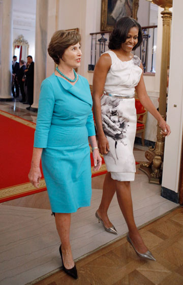 דז'ה וו. מישל אובמה בפראבל גורונג בפגישה עם לורה בוש, מאי 2012 (צילום: gettyimages)