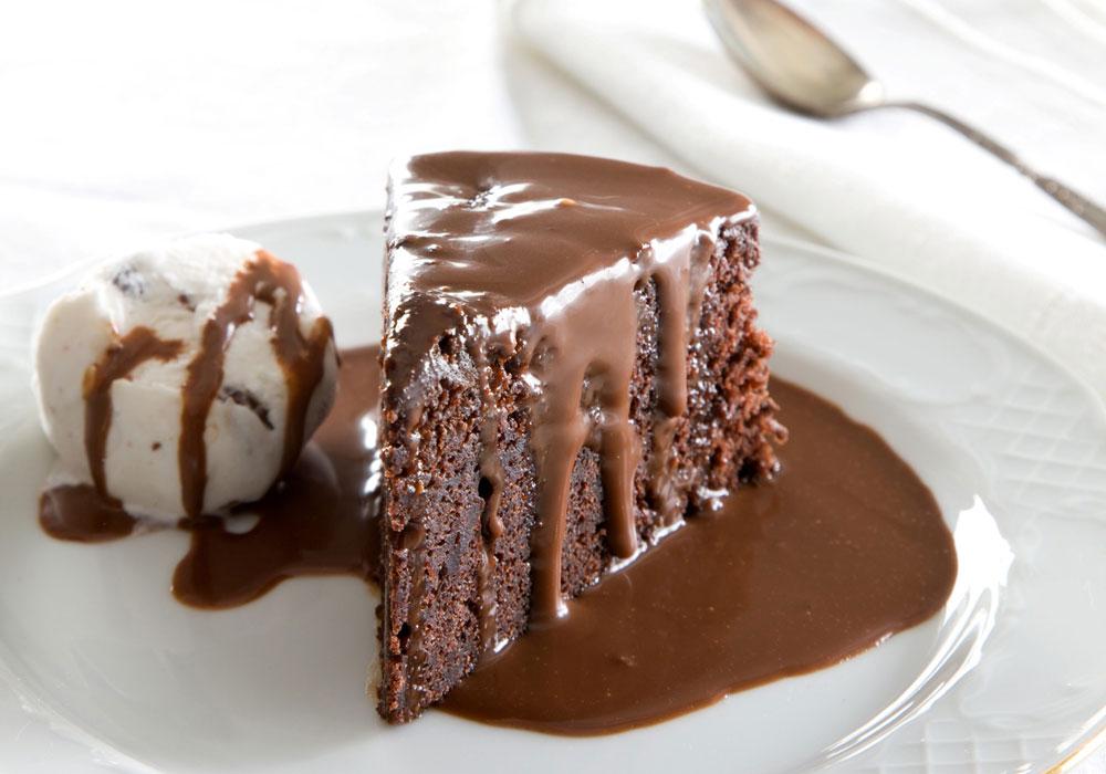 עוגת שוקולד חמה עם רוטב שוקולד חם (צילום: דני לרנר, סגנון: נעמה רז)