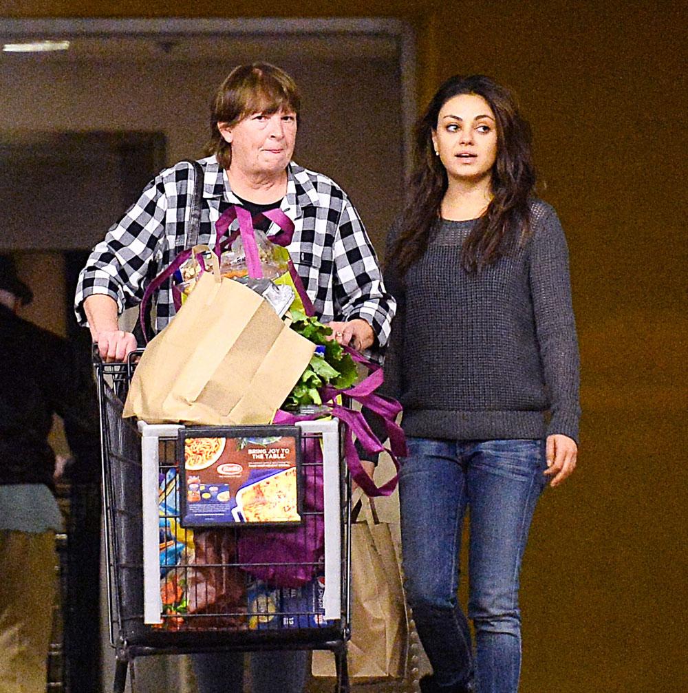נו, זה לא נראה לכם סגור? מילה קוניס ואמו של אשטון קוצ'ר בקניות לקראת חג הודיה משותף, נובמבר האחרון (צילום: splashnews/asap creative)