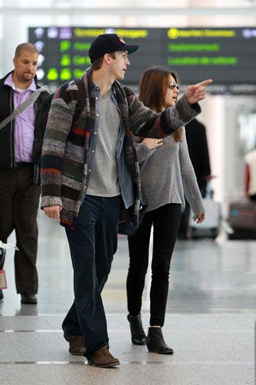 יפה להם גם סחבות. אשטון קוצ'ר ומילה קוניס בשדה התעופה (צילום: splashnews/asap creative)