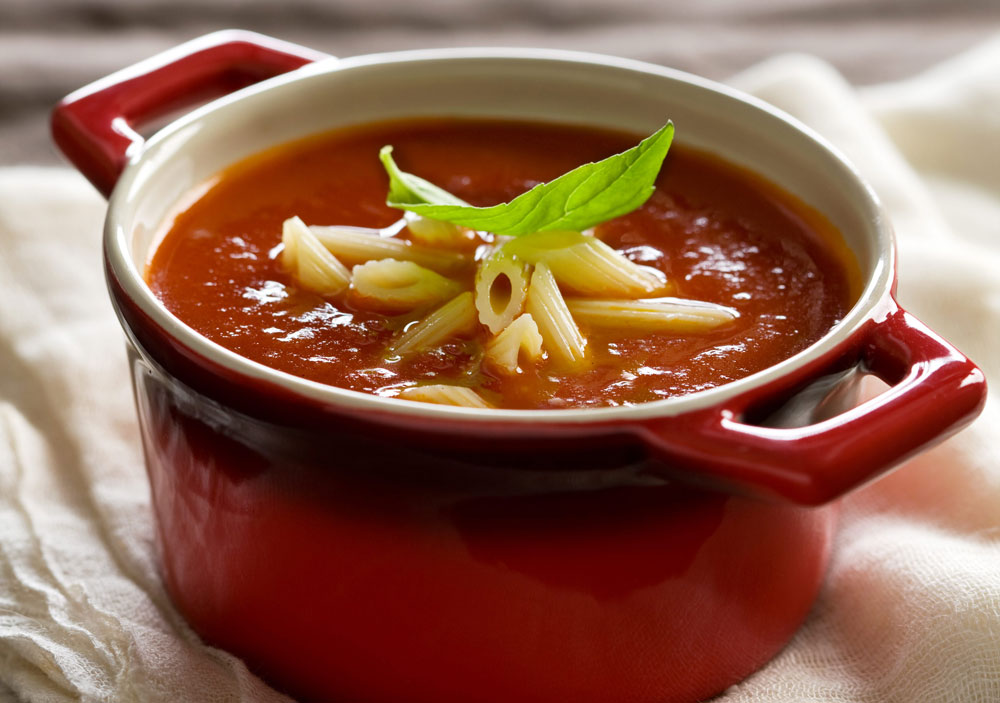 מרק עגבניות, מוגש עם פסטה ובזיליקום  (צילום: דני לרנר, סגנון: חמוטל יעקובובויץ)