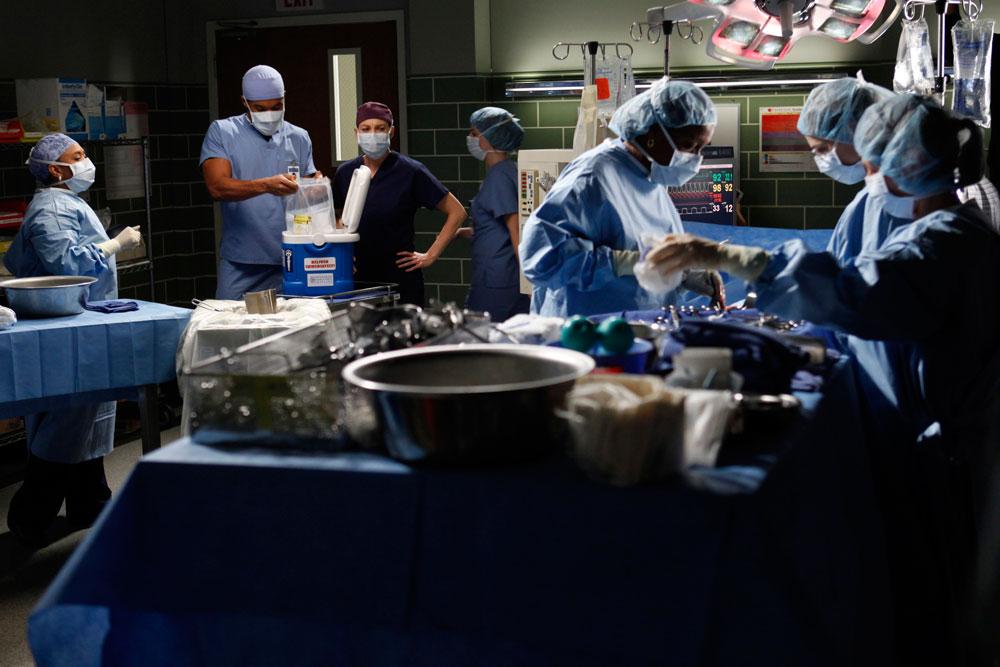 """במציאות זה הרבה פחות פוטוגני. חדר ניתוח בסדרה """"האנטומיה של גריי"""" (צילום: Kelsey McNeal, ABC)"""
