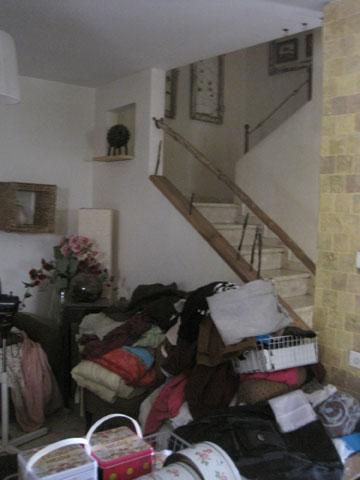 הסלון וגרם המדרגות, ''לפני''