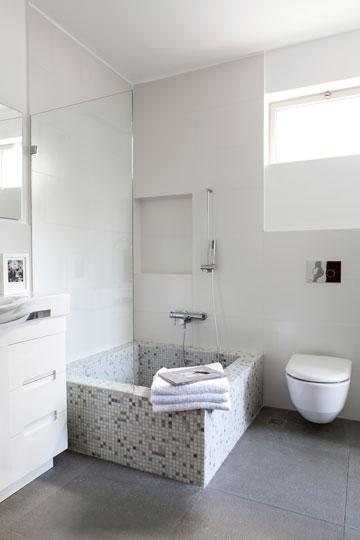 ה''מקווה'': אמבטיה יצוקה מבטון, שצופתה מבחוץ ומבפנים באריחי פסיפס (צילום: איתי בנית)