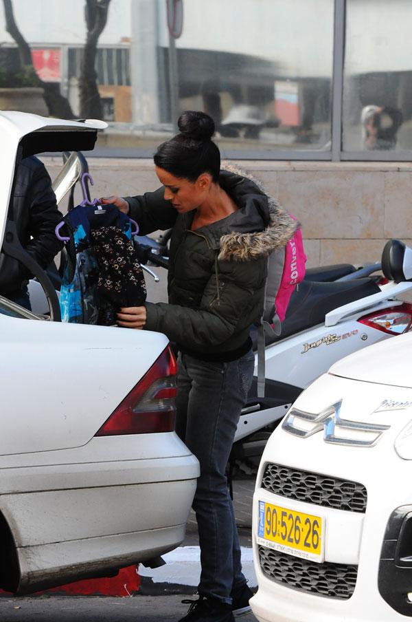 נטע חוזרת הביתה. את הבגד שהיא מכניסה לבגאז' בטח נראה באחת התוכניות הקרובות (צילום: ברק פכטר)