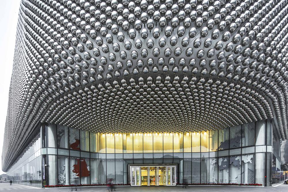 42,333 כדורי פלדה משובצים במעטפת הקניון החדש שנחנך בעיר הסינית ווהאן. פרויקט של UNStudio ההולנדי, שממשיך להטביע חותם גם באסיה (צילום: Edmon Leong)