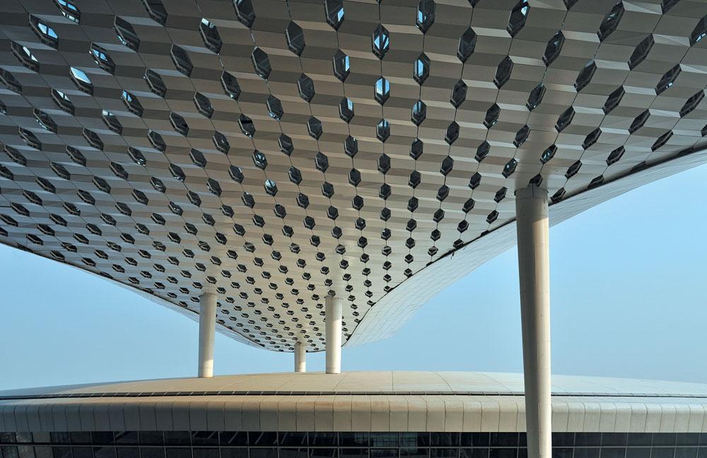עמודים נושאים את התקרה האדירה של הטרמינל הטרי. שני השלבים הבאים בפרויקט האדיר, שמשרת את אחת הערים החשובות בסין היום, יתבצעו בעשרים השנה הבאות (צילום: Archivio Fuksas)