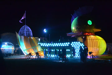 אורות, צבעים ואקשן בלילה (צילום: אביב דגני)