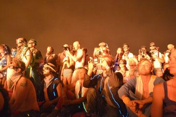 הקהל צופה באיש הנשרף (צילום: אביב דגני)