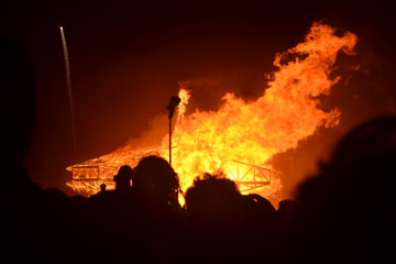 האיש נשרף בלילה האחרון (צילום: אביב דגני)