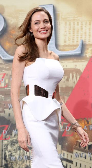 אנג'לינה ג'ולי לאחר ניתוח כריתת השדיים. ניכרת מחשבה מאחורי בחירת השמלה (צילום: gettyimages)