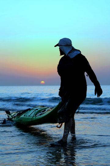 """""""האוקיינוס יותר חזק ממני, אני בסך הכל מבקש אישור לעבור"""" (צילום: טל זגרבה)"""