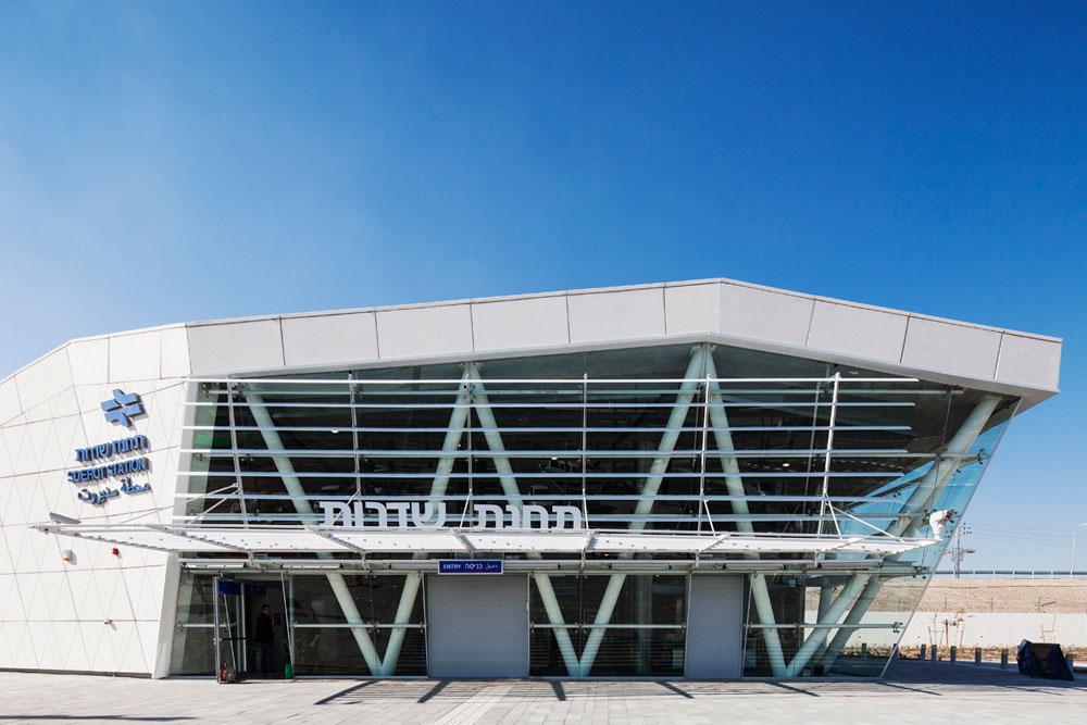 תחנת הרכבת החדשה בשדרות. האדריכלים קיבלו הנחיה לתכנן תחנה ממוגנת על טהרת הבטון, לנוכח המציאות הביטחונית בעשור האחרון. תקציב: 50 מיליון שקלים (צילום: אביעד בר נס)