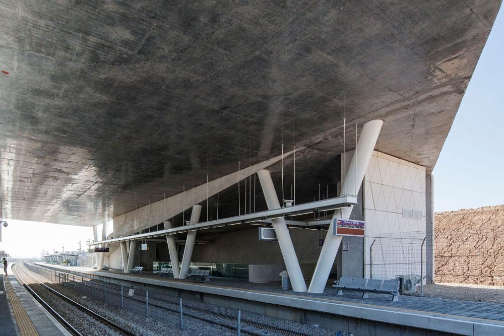 מבנה חצי סגור חצי פתוח עם תקרה גבוהה במיוחד, שחזיתו הפנימית עשויה בטון מוחלק. הנוסעים זוכים להגנה מרבית מפני פגיעת טילים אפשרית (צילום: אביעד בר נס)