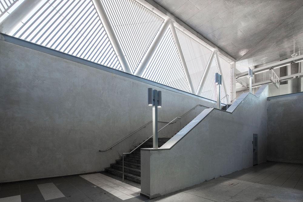 הסגנון הגיאומטרי מופיע גם בתוך התחנה וגם על גבי החזיתות (צילום: אביעד בר נס)