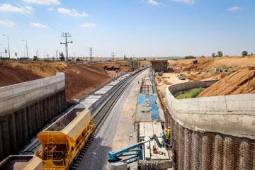 הקמת הקו התארכה כמה שנים מעבר לתכנון המקורי (צילום: אמיר מן, עמי שנער אדריכלים)