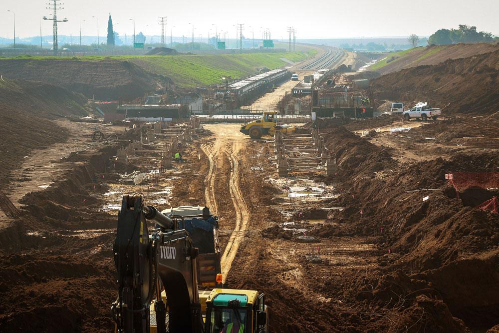 העבודות על הקמת התחנה לצד הכביש. בצד הדרומי היא פונה לקיבוץ ניר-עם, ובצידה הצפוני היא נפתחת לכיוון שדרות (צילום: אמיר מן, עמי שנער אדריכלים)