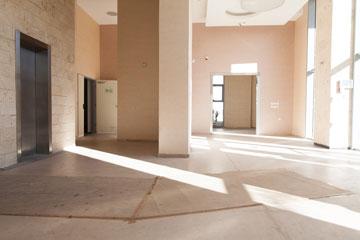 מבואת המגדל. מתוך כ-100 דירות, רק כ-15 מאוכלסות (צילום: דור נבו)