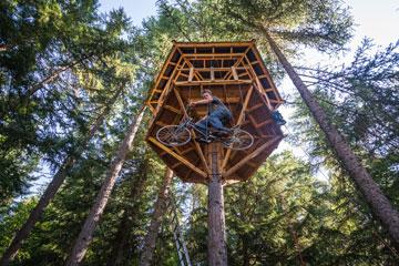 אופניים שנוסעים למעלה ולמטה (באדיבות: Ethan Schlussler)