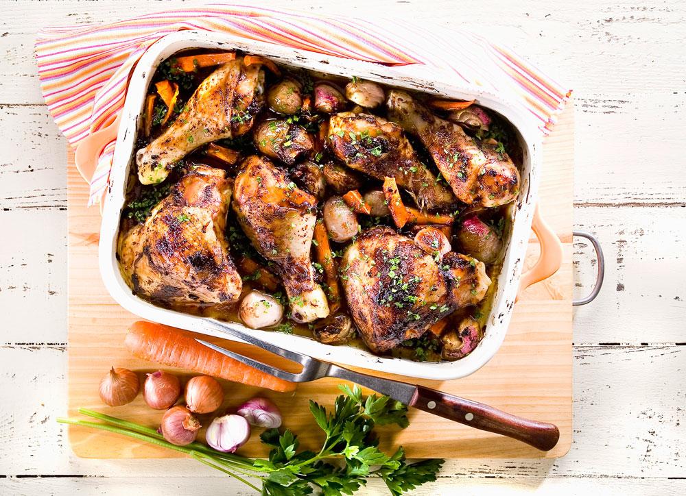 עוף בתנור עם בצלצלים מקורמלים, גזר וחמוציות (צילום: יוסי סליס, סגנון: נטשה חיימוביץ')